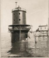 »Zündkerzen-Leuchtturm« (1914) (aus R.G. Grant: »Wächter der See«, S. 62)