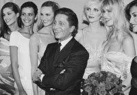 Valentino Garavani, Nadège Dubospertus, Elle Macpherson, Nadja Auermann, Claudia Schiffer e Yasmeen Ghauri, 1995
